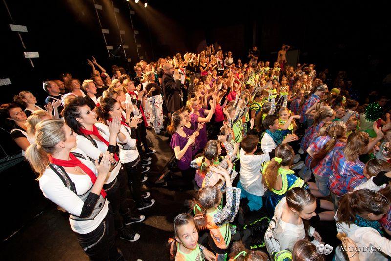 Závěrečné defile taneční show Taktu Liberec