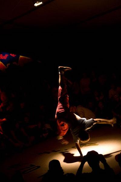 B-boy při demu na Street Dance Camp