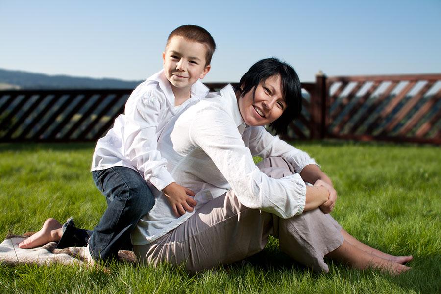 Syn s matkou na zahradě