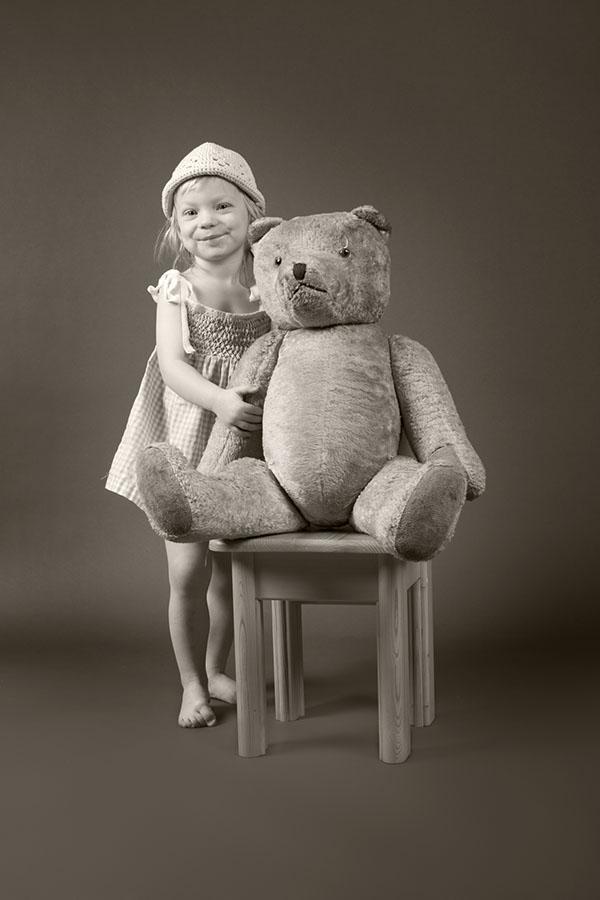 Fotografie malé Elišky s medvídkem