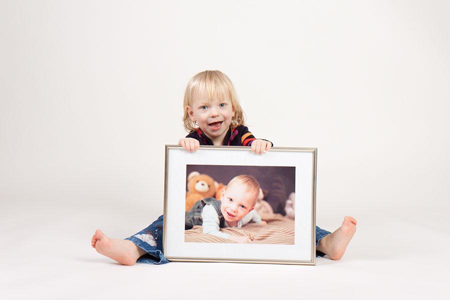 Malá Eliška se svou fotkou z mládí