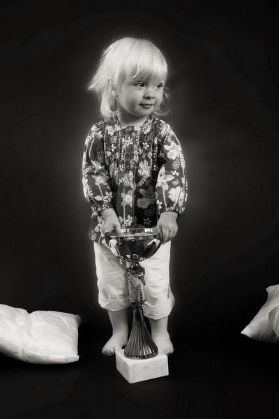 Portrét malé Majdy s pohárem